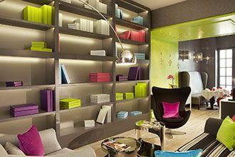 une explosion de couleurs sur fond beige - Hôtel Le Petit Paris - SMDesign.fr