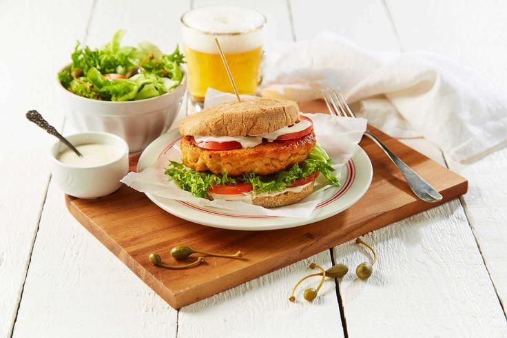 Hvorfor ikke bruke laks neste gang hamburger står på menyen? En god skinn- og benfri laksefilet (f eks SALMA) og lønnesirup gir med denne oppskriften en helt ny dimensjon til begrepet burger, og barna elsker denne fiskevarianten!