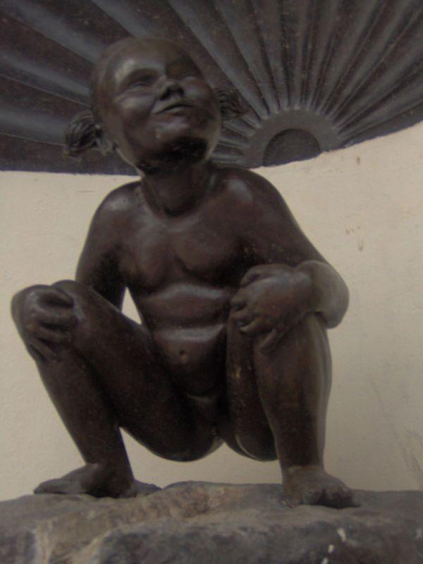 La 'niña meona' fue esculpida en 1985 por Denis-Adrien Debouvrie.