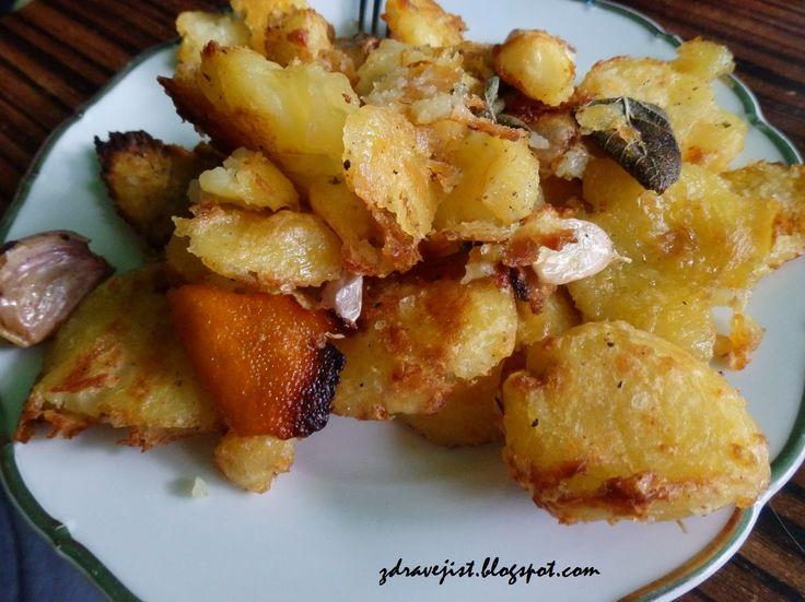 """Božské pečené brambory Suroviny (1 porce):  4 - 5 brambor olivový olej sůl pepř šalvěj 1 mandarinka 3 stroužky česneku Brambory oloupejte a nakrájejte, propláchněte a dejte do osolené studené vody vařit 10 min, sceďte, protřepte. Na dno pekáče dejte olivový olej, vysypte brambory, pečte 30 min Mezitím si připravte """"zálivku"""": šalvěj, stroužky neloup česneku, oliv olej, kůru z 1 mandarinky, sůl a pepř. Každou bramboru zvláš přimáčkněte, polijte zálivkou, 30 min dopéct."""