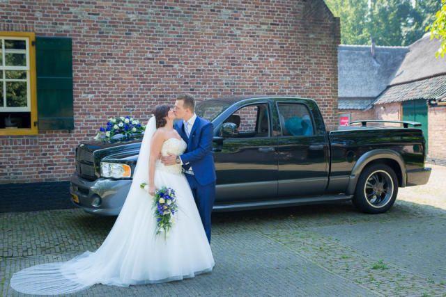 Credit: Karin Verhoog Fotografie - huwelijk (ritueel), bruid, volk, voertuig, auto, hoofddeksel, meisje, vrouw, ceremonie, portret, volwassen, jurk, bruidegom, huwelijk (burgerlijke staat), bloem (plant), bruids, straat (verharde weg)