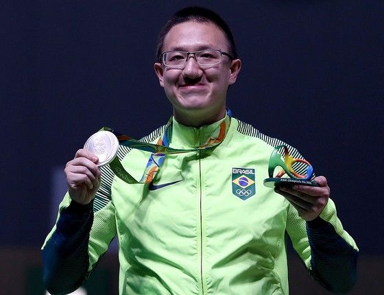 O atirador esportivo Felipe Wu mostra a medalha de prata que conquistou na Rio 2016 (Foto: Sam Greenwood/Getty Images)