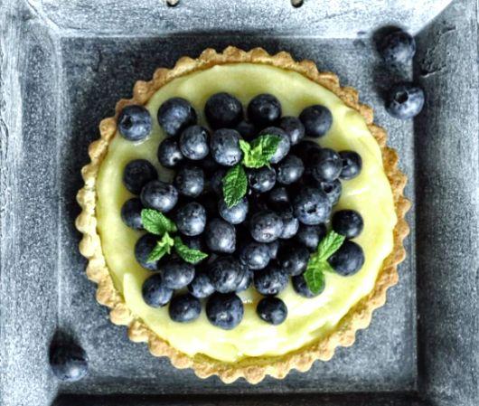 Как приготовить тарт с лимонным курдом и свежей голубикой https://www.kakprosto.ru/kak-940198-kak-prigotovit-tart-s-limonnym-kurdom-i-svezhey-golubikoy