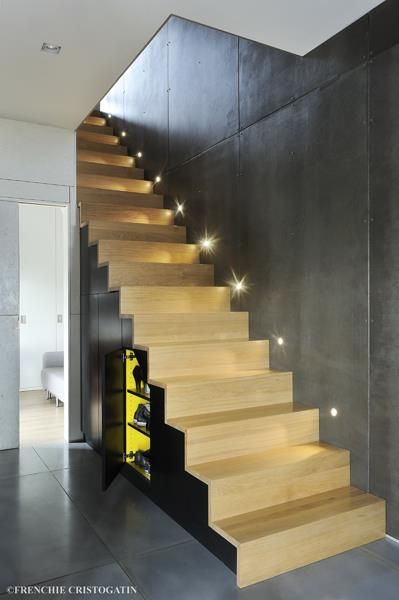 Original and very modern yellow wood and concrete staircase with lighting escaliers original et