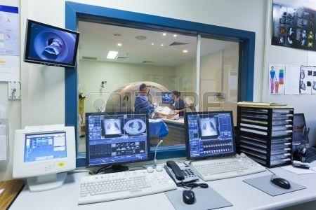 Máquina de resonancia magnética y pantallas con médico y enfermera Foto de archivo