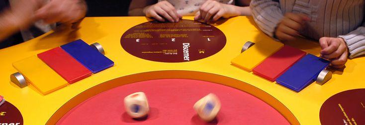 Un espace d'exposition transformé en salle de jeux, des visiteurs métamorphosés en joueurs… telle est la proposition insolite de l'exposition Jeux sur Je. Cité des sciences, Paris http://www.cite-sciences.fr/fr/au-programme/expos-temporaires/jeux-sur-je/
