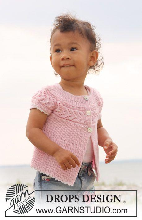 Kortærmet bluse med knapper strikket fra side til side med retstrik, hulmønster og vendepinde til baby og børn i DROPS BabyMerino.