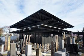 手塚貴晴+手塚由比/手塚建築研究所による豊島区の 「勝林寺本堂」を見学してきました。山手線巣鴨駅・駒込駅から15分ほどの場所。  敷地面積3,034m2、建築面積206m2、延床面積303m2。木造+一部 RC造、地上1階、地下1階。 勝林寺は400年前...