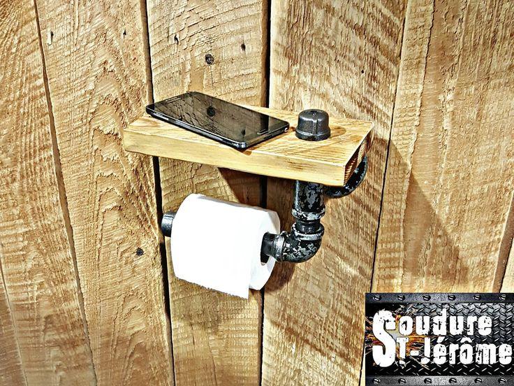 distributeur de papier de toliette, fait à partir  de pièces de bois et de métal soudé.