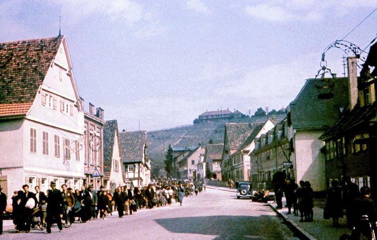 """""""Ciganos"""" sinti marcham pelas ruas de Asperg Alemanha a caminho da prisão de Hohenasperg antes de serem deportados para campos de concentração da Polônia 22 de maio de 1940. (Galerie Bilderwelt/Getty Images)  Em 1938 havia cerca de 35 mil dos chamados """"ciganos"""" que viviam na Alemanha e na Áustria. """"Cigano"""" é um nomegenérico para denominar um conjunto de povos nômades que têm em comum a origem indiana e alínguaromani. Entre eles estão os três principais grupos: sinti rom e caló.  Na Europa os…"""