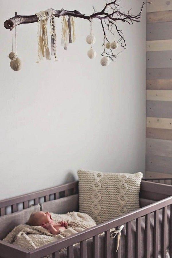 Idée n°15 : une branche nature. 23 idées déco pour la chambre bébé >> http://www.homelisty.com/23-idees-deco-pour-la-chambre-bebe/
