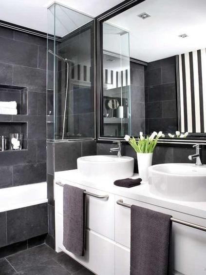 Acabados en blanco y negro y mobiliario hecho a medida otorgan elegancia y comodidad a este baño. ¡Todo un acierto!