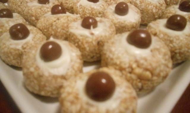 Výborné a skvěle vypadající chuťovky ze sezamu, mletých ořechů a želé bonbónů…