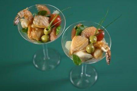 Мартини с королевскими креветками и морскими гребешками