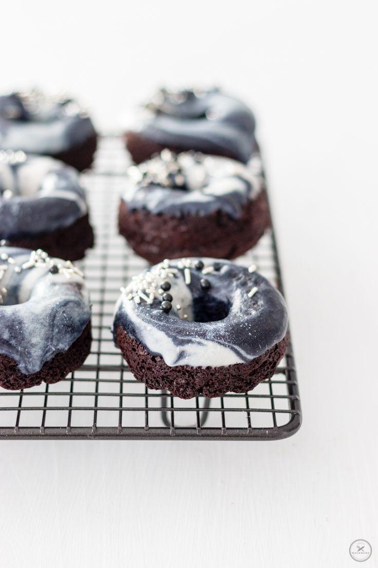 Ich bin ja ein großer Fan von Donuts. Sie haben einfach die perfekte Größe. Was Süßes für zwischendurch. Man kann sie füllen oder nicht, kann sie backen oder frittieren, glasieren oder nicht. Sie sind bunt, weich und unglaublich lecker. Und im World Wide Web, auf Instagram und Facebook stehen marmorierte Galaxy Donuts grade hoch imKurs. Ich finde den Galaxy-Look tatsächlich auch wahnsinnig sc ...