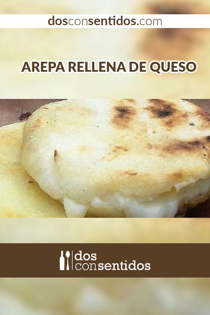 Las arepas rellenas de queso son un plato típico colombiano, las podemos comer en el desayuno, almuerzo o cena y normalmente vienen con una buena cantidad de mantequilla y un poco de sal para resaltar su sabor. Las adoramos, nos parece de las mejores cosas que podemos tener en nuestra nevera; son suaves, mantecudas y con un centro derretido y delicioso de queso. ¿Qué es mejor que eso?
