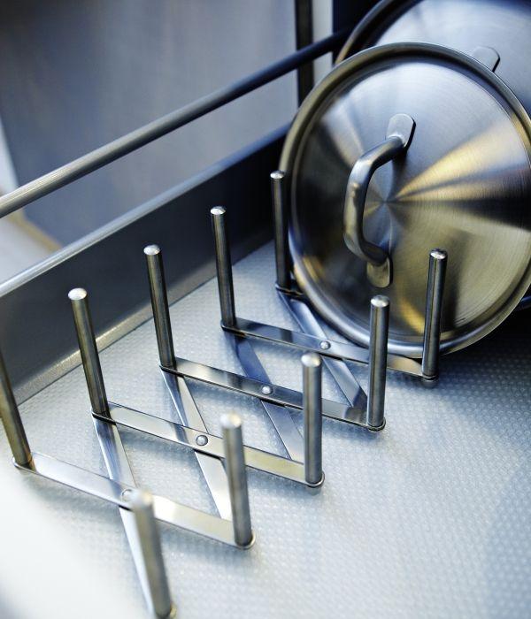 Heel handig in je keuken voor deksels tot bakblikken: dekselhouder