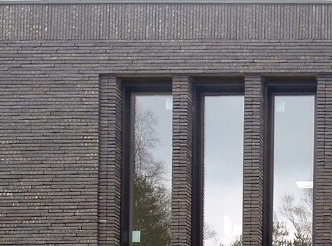 gestapelde stenen langs raam  http://www.isoarchitectenbureau.be/