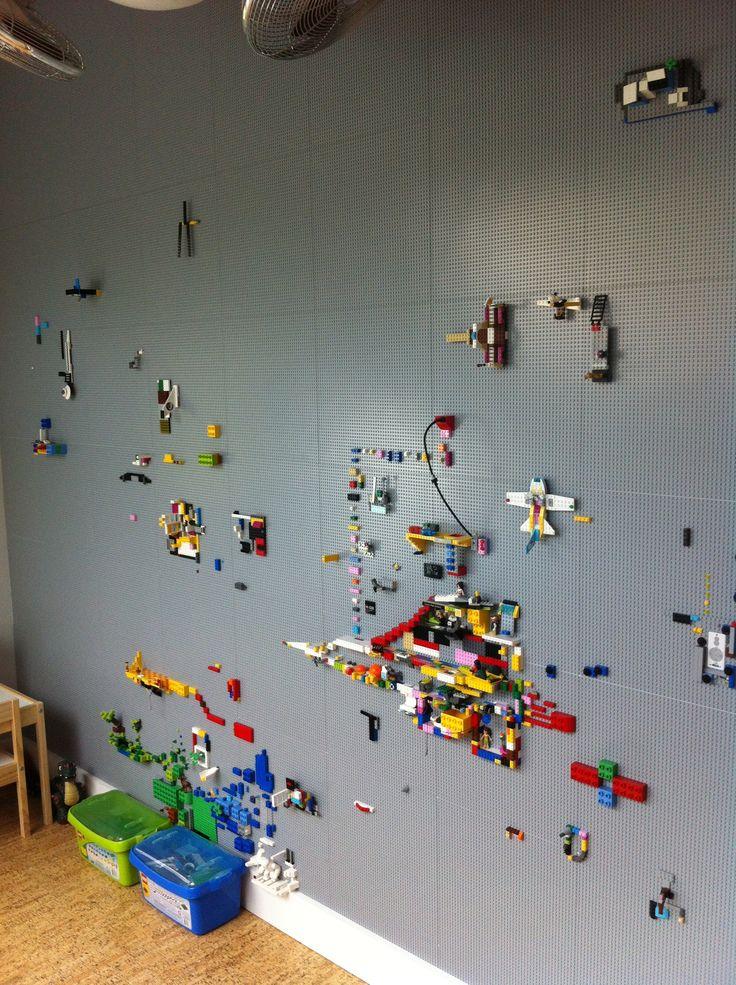 Tolle Idee für ein Kinderzimmer. Eine LEGO Wand. Dies wurde von 9X30 Design in Rochester, NY, durchgeführt