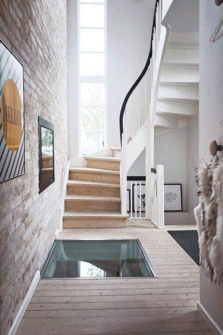 Galleri: Inspiration til entréen | Femina.dk Entréen har fået den store tur med glas i gulvet, brændeovn i væggen ind til stuen og en rå murstensvæg. Sikke en velkomst.