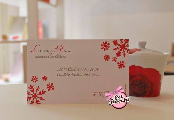 Partecipazione di nozze per il matrimonio natalizio dei nostri sposi Lorenzo&Maria: cristalli di neve rossi su carta Princesse bianca