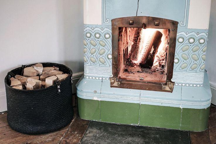 Vacker kakelugn som skänker värme och ljus och borgar för mysiga höstkvällar. Grimmeredsvägen 7 - Bjurfors