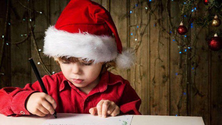 """Fotografie: Scrisoare către Moș Crăciun  Se duce copilul la poştă şi duce scrisoarea. Poştăriţele deschid scrisoarea, o citesc şi li se face milă de copil. Hotărăsc ele să pună mână de la mână şi să-i cumpere copilului darurile. Acestea strâng banii, cumpără trenuleţul, maşinuţa, dar de ciocolată nu le mai ajung banii. După ce trimit cadoul copilului, la câteva zile, copilul duce la poştă o altă scrisoare, cu mulţumirile pentru Moş Crăciun: """"Dlagă Moşule, îţi mulţumesc pentlu cadouli…"""