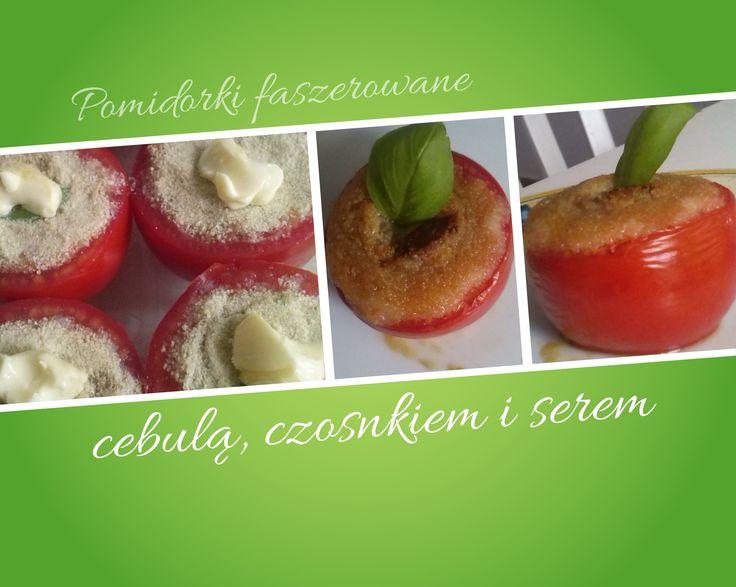 """Składniki (na 4 osoby): 8 pomidorów 1 cebula kilka ząbków czosnku nieduży kawałek żółtego sera 8 łyżek bułki tartej 8 łyżeczek miękkiego masła olej – do duszenia Z pomidorów odkroić """"cz…"""
