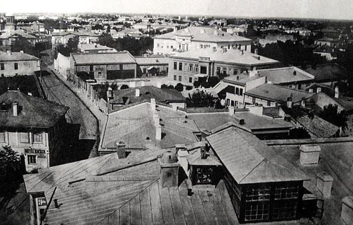 Bucureşti 1864 În locul casei Hagi Moscu (casa albă din centru, sus) se află azi Teatrul Naţional. În această casă a funcţionat, începând cu 1883, primăria. În stânga jos, Hotel Kiesch (pe locul unde este rondul de la Universitate) foto: Carol Popp de Szathmary
