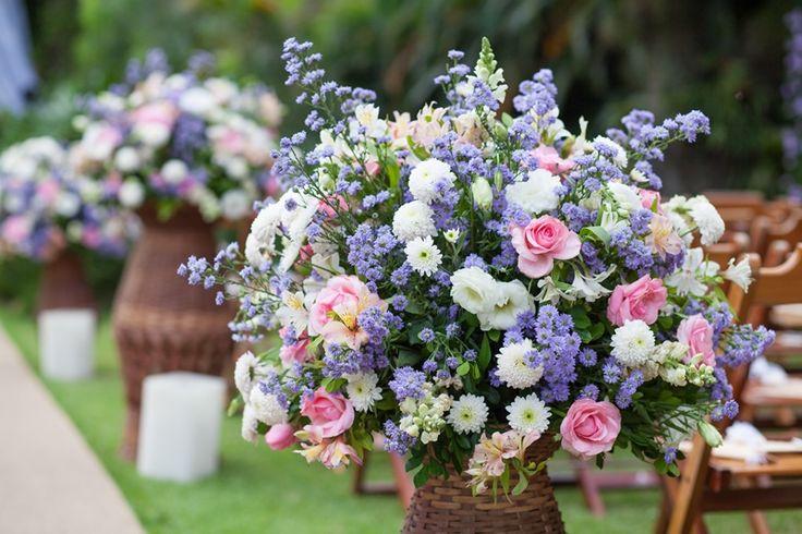 Casamento ao ar livre: arranjo de flores em tons pastel - Foto Luiza Reis