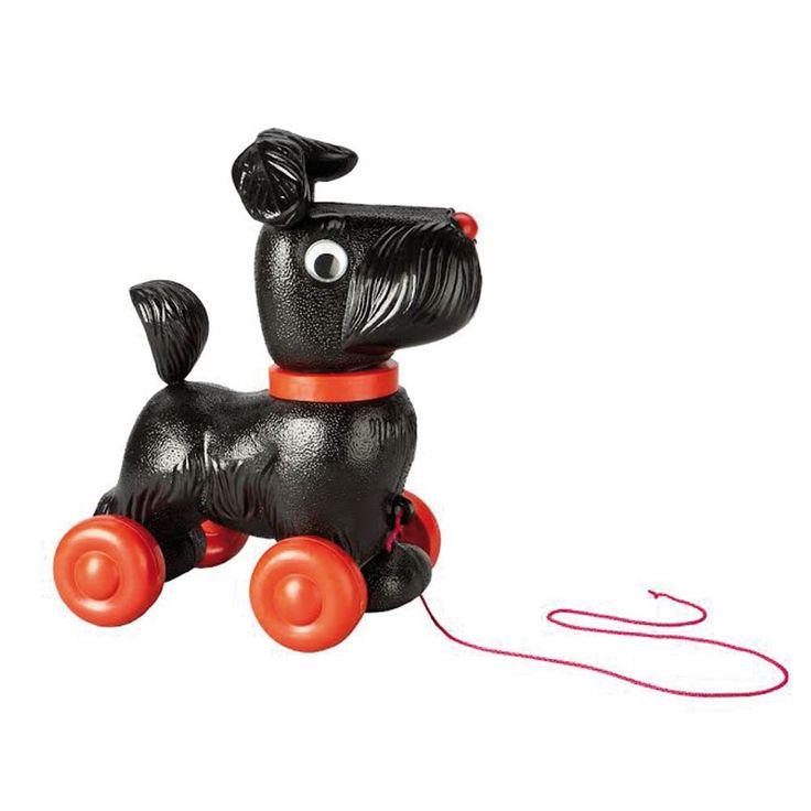 Cet adorable petit toutou est assez capricieux, il préfère rester dans son panier plutôt que d'aller se promener.  Quand on tire sur le fil, ce chien roule en balancant la tête de gauche à droite.Dimensions : L 28 x H 30 x P15. 19,00 € http://www.lafolleadresse.com/jouets/948-chien-a-tirer-noir-replique-vintage.html