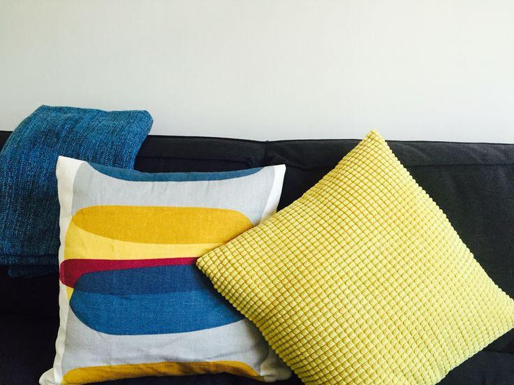 Coussins jaune Ikea pour illuminer un canapé gris !