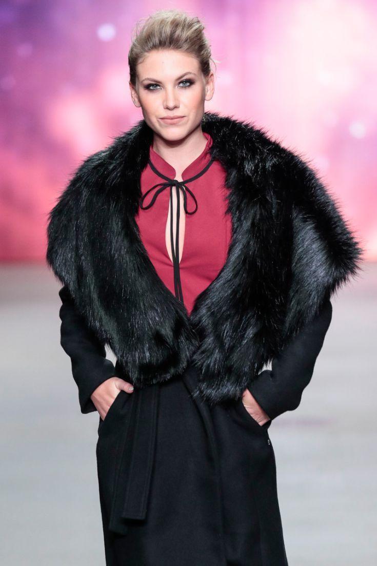 Rood/zwarte outfit met nepbont. © Peter Stigter