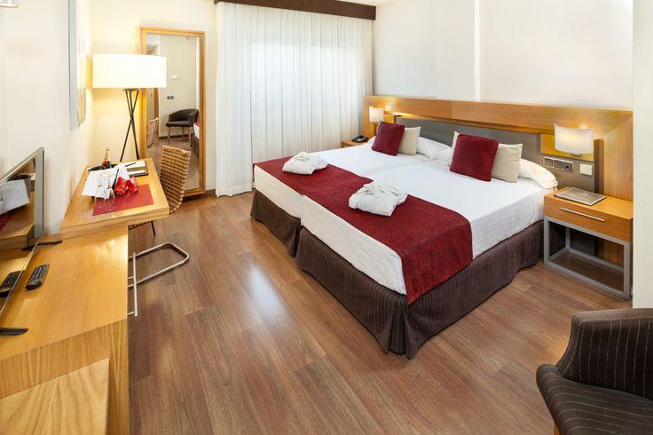 Dormitorio moderno en hotel de playa.