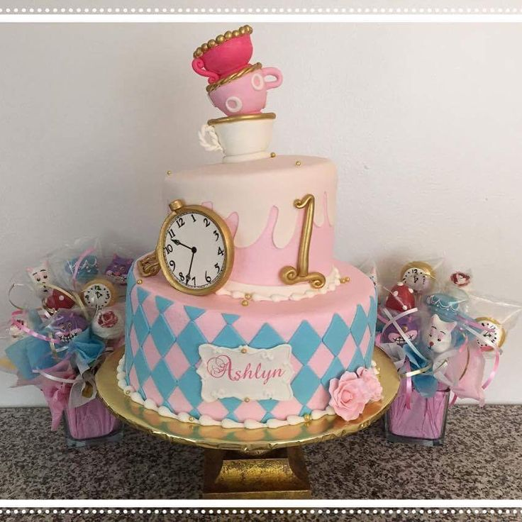 Alice in wonderland cake! Mais