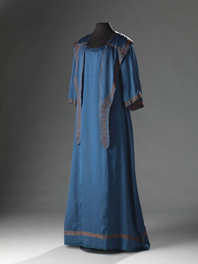 De periode rond en vlak na 1900 vertoont twee uitersten in het modebeeld. Aan de ene kant de luxueuze japonnen - met de S-lijn en veel versieringen en kanten…