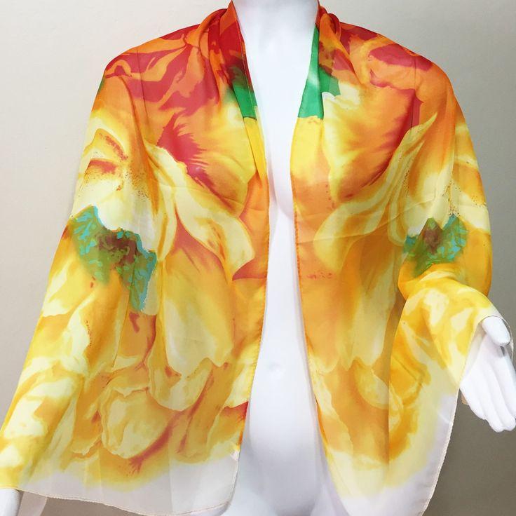 Sobre a peça:  Echarpe de seda , super leve, delicada, com estampa floral, prevalecendo o amarelo e o laranja.  O produto já chega a você embrulhado para presente, em uma embalagem especial da marca.    Medidas:  Largura aproximada: 48 cm.  Comprimento aproximado: 1,45 cm.  Peso aproximado: 41 g.