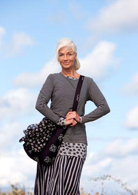 Pourquoi ces belles femmes de cheveux argentés s'habillent-elles souvent dans la gamme de couleurs du blanc au noir ????