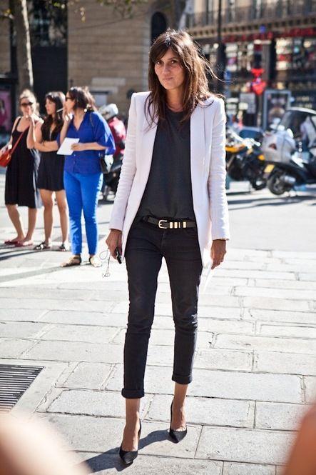 白いブレザー、ローライズのスキニージーンズ、メタルディテールベルトで完璧なストリートスタイル。