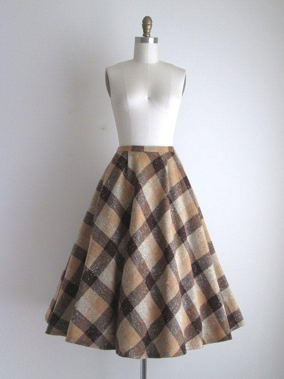 Vintage jaren 1950 geruite rok Deze rok is van tweed wol, en hoeft niet een voering. De rok is vol, en over een crinoline is afgebeeld. Er is een zak in de taille aan de rechterkant, en een rits aan de linkerkant voor sluiting.  ◊ METINGEN ◊ Taille: 25 1/2 inch Hip: gratis Lengte: 29 inch  ◊ LABEL ◊ Tami ontwikkeling  ◊ VOORWAARDE ◊ uitstekende _____________________  ◊ ◊ met meer vintage rokken https://www.etsy.com/shop/CanaryClubVintage?section_id=13257313  ◊ Bezoek de winkel ◊…