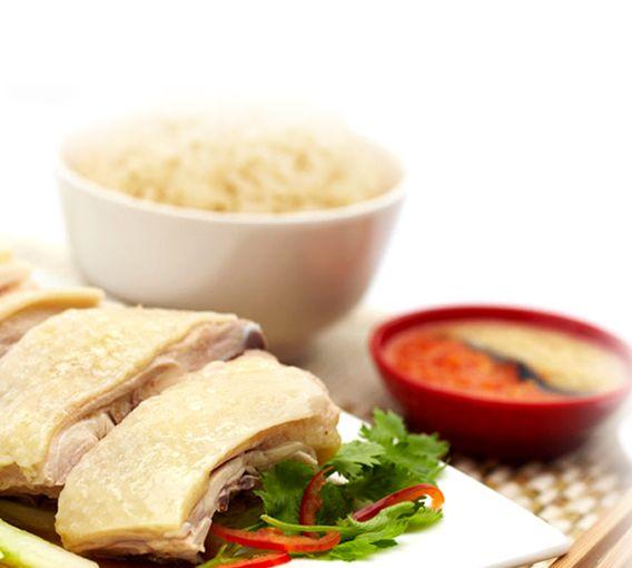 """#2 [DAY1-SORE] Pulang dari SITEX aku ajak bang Tian ke kedai Tian Tian Chicken Rice di Maxwell Food Centre. Tian Tian ini THE BEST chicken in Singapore. Daging empuk,nasi pulen,sambal limau yg khas. Pernah ditanya orang lokal mau makan dmn, aku jwb: Tian Tian, """"Oh,"""" she replied. """"You have good taste."""" Tian Tian ini favorit warga lokal! Jadi kesini sebelum jam 7 malam, selain antrinya panjang, klo diatas jam 7 persediaan menipis, hehe. abis makan, cuci mulut dgn pancake durian! #SGTravelBuddy"""