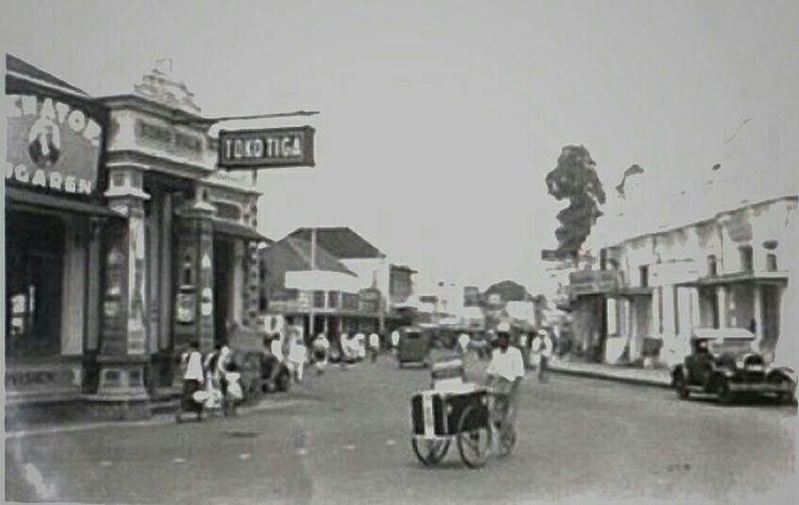 Marskramer op straat in Bandung. 1937