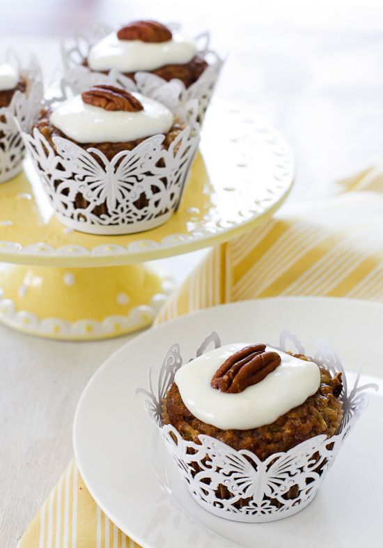 Skinny Hummingbird Cupcakes - These scrumptious hummingbird cupcakes are super moist and light, full of pineapple, chopped bananas, pecans, cinnamon and spices topped off with a sweet cream cheese frosting.  5points+ #weightwatchers #cupcakes