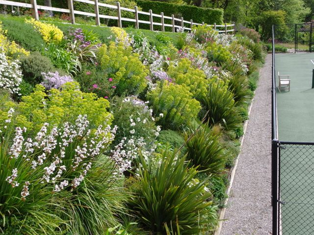 Design Garden di Cornwall designer a Falmouth | Campo da tennis Landscaping
