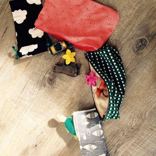 Toujours pratique dans un sac à main, à langer ou dans une poche, pour y glisser de quoi patienter si besoin. Pratiques, adorables et facile à réaliser :-)