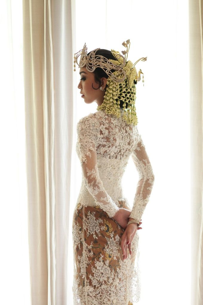 Javanese traditional wedding dress | One Couple's Exquisite Javanese Garden Wedding | http://www.bridestory.com/blog/one-couples-exquisite-javanese-garden-wedding