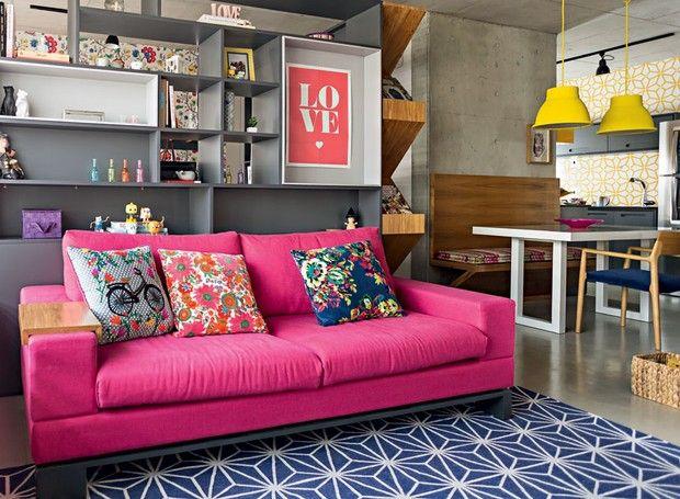 Cor na decoração: apartamento pequeno mistura rosa, azul e amarelo