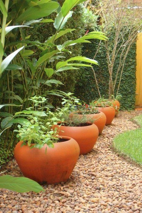 Pedras para delimitar o espaço da grama e dos vasos
