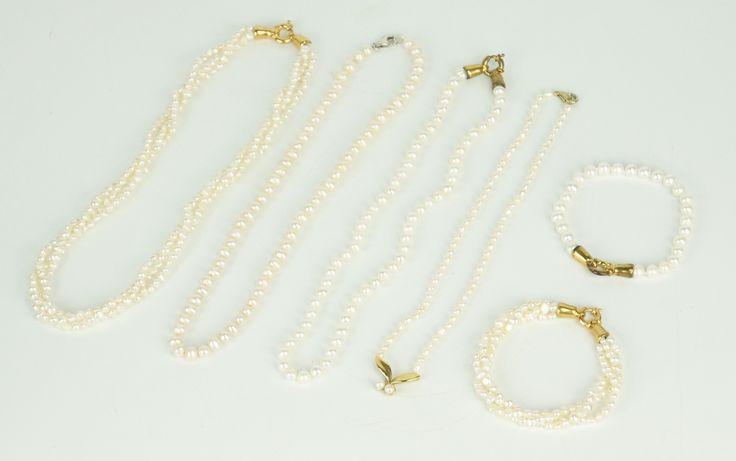 Vier parelcolliers, w.o. een 3-rijig exemplaar en 2 parel armbanden, voornamelijk onedele sloten.