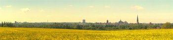 Rostock Skyline I  von #dasPanorama.de Rostock aus südöstlicher Richtung - 15. Mai 2014 bei strahlendem Raps und Sonnenschein #Brinckmansdorf #Silhouette #Wasserturm #Südstadt #Vögenteich #Ostseestadion #Nikolaikirche #Petrikirche #Speicher #Hafen #Panorama